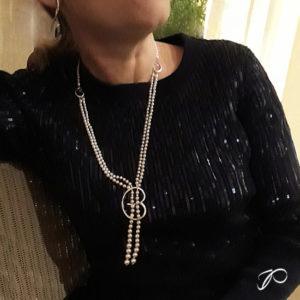 Photo portée d'un sautoir en perles de cultures créé à partir de deux colliers recyclés