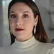Femme de face portant les boucles pendantes longues ELLES - L