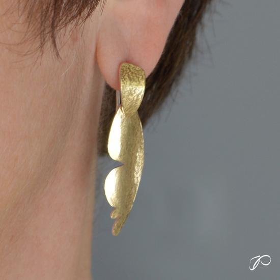 Photo en gros plan sur une boucle d'oreilles ELLES - M portée