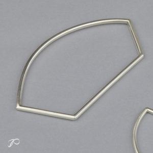 Un jonc très original en argent : le bracelet Arc
