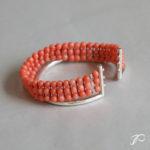 Une variation du bracelet Torque : ruban de perles de corail et jonc en argent