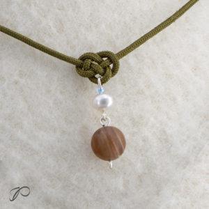 Gros plan sur le pendentif en opalite wood et perle de culture d'eau douce de la collection Á l'unisson
