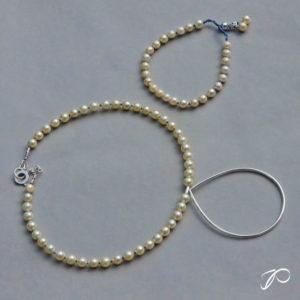 Photo d'un collier en perles de culture monté sur câble avec un élément en forme de goutte