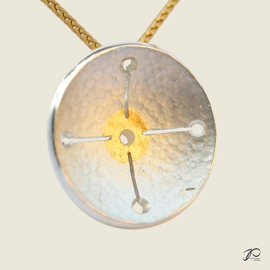 Croix Union : une coupelle martelée ajourée d'un fine croix en argent et feuille d'or
