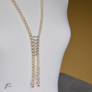 Photo du sautoir de Pascale réalisé avec ses perles de culture et de la soie vermillon