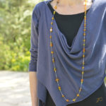 Sautoir Rita crocheté sur fil de soie avec un collier en ambre de sa famille