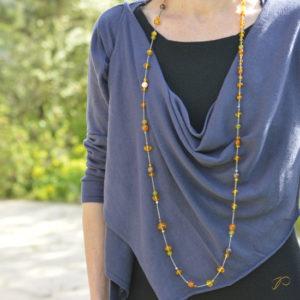 Photo d'un sautoir réalisé en perles d'ambres recyclées provenant d'un collier en ambre de famille